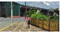 Seorang ojek online rela jalan kaki antarkan pesanan sejauh 2,1 kilometer. (Sumber: mStar)