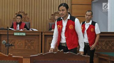 Musisi Marcello Tahitoe bersama rekannya Diego saat memasuki ruang sidang di PN Jakarta Selatan, Selasa (31/10). Ello dan rekannya Diego menjalani sidang  kasus penyalahgunaan narkoba dengan agenda saksi dari pihak JPU. (Liputan6.com/Herman Zakharia)