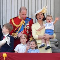 Pangeran Louis dalam gendongan sang ibu, Kate Middleton, melambai pada publik. (dok. Daniel LEAL-OLIVAS / AFP)