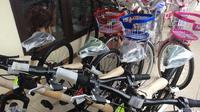 Jangan khawatir, ada sepeda ekstra untuk dibagikan Jokowi dalam Haul Ponpes Buntet Cirebon yang bukan dari istana. (Liputan6.com/Panji Prayitno)