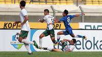 Aksi pemain Persib Bandung U-19, Beckham (kiri) melewati adangan para pemain PS TNI U-19 pada lanjutan Liga 1 2017 U-19 di Stadion Si Jalak Harupat, Sabtu (05/8/2017). Persib Bandung U-19 menang 1-0. (Bola.com/Nicklas Hanoatubun)