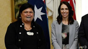 Nanaia Mahuta (kiri), yang memiliki moko kauae - tato tradisional Maori di dagu - dijadikan menteri luar negeri Selandia Baru oleh Perdana Menteri Jacinda Ardern.