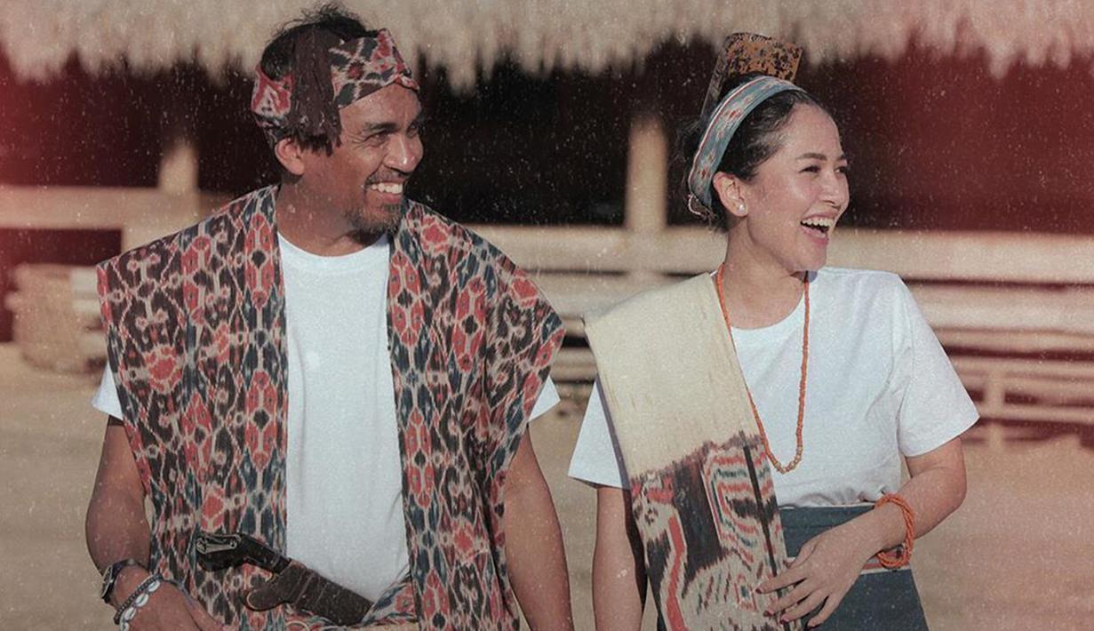 Pasangan yang menikah pada 19 Agustus lalu  ini tampak menawan dengan pakaian adat Sumba. (Liputan6.com/IG/@glennfredly309)