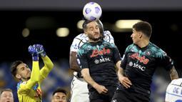 Bek Napoli, Konstantinos Manolas (tengah) berduel udara dengan striker Inter Milan, Romelu Lukaku dalam laga lanjutan Liga Italia 2020/2021 pekan ke-31 di Diego Armando Maradona Stadium, Minggu (18/4/2021). Napoli bermain imbang 1-1 dengan Inter. (LaPresse via AP/Alessandro Garofalo)