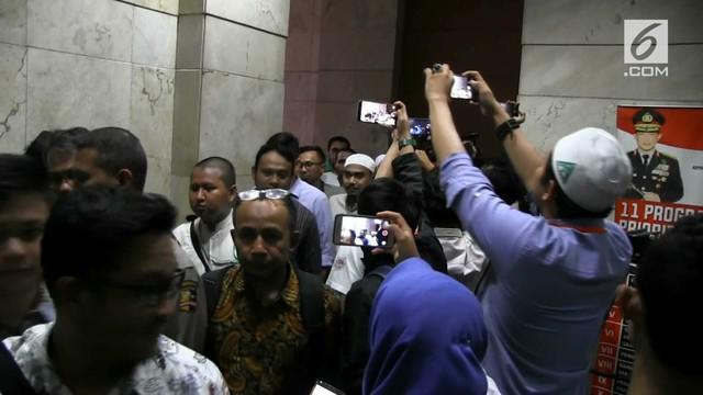 Polisi menetapkan Habib Bahar sebagai tersangka atas pidatonya tentang Presiden Jokowi. Mesti jadi tersangka, polisi tidak menahan Habib Bahar.