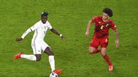 Pemain Prancis, Paul Pogba, mencoba menghindar dari adangan gelandang Belgia, Axel Witsel, saat kedua negara bentrok pada semifinal UEFA Nations League, Jumat (8/10/2021) dini hari WIB. (Massimo Rana/Pool Photo via AP)