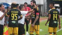 Sejumlah pemain Badak Lampung FC memprotes asisten wasit dalam pertandingan melawan tuan rumah PSS Sleman di Stadion Maguwoharjo, Selasa (3/12/2019). (Bola.com/Vincentius Atmaja)