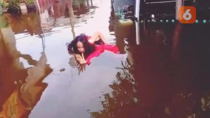 Performance Mentari Isnaini ketika merespon genangan air berbau busuk dengan gerak tari. (foto: Liputan6.com/kusfitriyah Marstyasih)