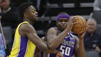Forward Sacramento Kings Zach Randolph (kanan) dijaga penggawa Los Angeles Lakers Julius Randle pada laga NBA di Golden 1 Center, Sabtu (24/2/2018) atau Minggu (25/2/2018) WIB. (AP Photo/Rich Pedroncelli)