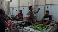 Salah seorang anak yang diduga keracunan makanan dirawat di RS Bhayangkara, Tulungagung, Jawa Timur (Liputan6.com/Zainul Arifin)