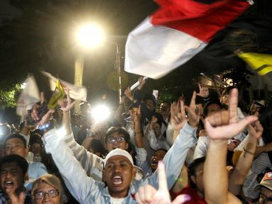 Pendukung Calon Presiden no urut 02 Prabowo Subianto bersorak di depan Rumah Kertanegara, Jakarta, Rabu (17/4). Pada pidatonya Prabowo Subianto mendeklarasikan kemenangannya dari hasil real count BPN di Pilpres 2019 pada angka 62%. (Liputan6.com/Johan Tallo)