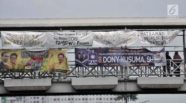 Spanduk dukungan Prabowo-Sandiaga yang terbuat dari karung bekas terlihat di JPO kawasan Jakarta, Selasa (9/4). Berbeda dengan spanduk pada umumnya, Spanduk Rakyat merupakan karung bekas yang dibuat oleh pendukung Prabowo-Sandiaga yang ditulis dengan cat atau spidol. (merdeka.com/Iqbal S. Nugroho)