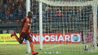 Ekspresi pemain Borneo FC, Boaz Solossa, setelah mencetak gol ketiga ke gawang Persib dalam laga leg pertama perempatfinal Piala Presiden 2015 di Stadion Segiri, Samarinda, Minggu (20/9/2015). (Bola.com/M. Ridwan)