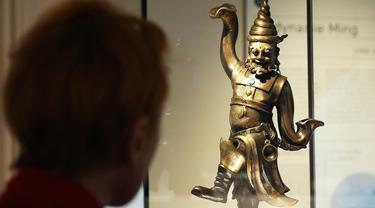 Pengunjung melihat patung saat mengunjungi Museum Cernuschi dalam acara tinjauan media di Paris, Prancis, pada 2 Maret 2020. Setelah perbaikan dan pemugaran selama sembilan bulan, museum kesenian Asia tersebut akan dibuka kembali untuk umum mulai 4 Maret 2020. (Xinhua/Gao Jing)