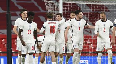 Gelandang Inggris, Mason Mount (7) berselebrasi dengan rekan-rekannya usai mencetak gol ke gawang Islandia pada pertandingan UEFA Nations League di stadion Wembley di London, Rabu (18/11/2020). Inggris menang telak 4-0 atas Islandia. (Neil Hall / Pool via AP)