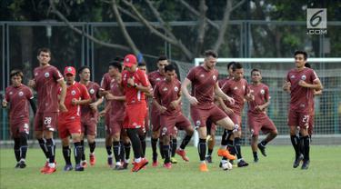 Pemain Persija melakukan pemanasan saat latihan resmi jelang laga kedua Semifinal Zona Asia Tenggara Piala AFC 2018 di Lapangan A Kompleks GBK, Jakarta, Senin (14/5). Persija akan menjamu Home United, Selasa (15/5). (Liputan6.com/Helmi Fithriansyah)