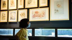 Seorang pengunjung melihat replika karya seni Leonardo da Vinci dalam sebuah pameran seni bertajuk Tribute to da Vinci yang digelar di gedung Changsha IFS, Changsha, Provinsi Hunan, China, Senin (4/5/2020). (Xinhua/Chen Sihan)