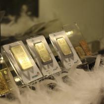 Dummy emas batangan terlihat saat pameran di Jakarta, Jumat (23/8/2019). Harga emas produksi PT Aneka Tambang Tbk (Antam) atau emas Antam turun Rp 4.000 menjadi Rp 751 ribu per gram, pada perdagangan Jumat (23/8/2019).  (Liputan6.com/Angga Yuniar)