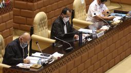 Menteri Perhubungan Budi Karya Sumadi menyimak rapat kerja dengan Komisi V DPR di Kompleks Parlemen, Senayan, Jakarta, Senin (25/1/2021). Rapat kerja tersebut membahas evaluasi pelaksanaan anggaran tahun 2020 serta program kerja Kementerian Perhubungan tahun 2021. (Liputan6.com/Angga Yuniar)
