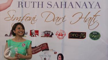 """Penyanyi Ruth Sahanaya hadir pada peluncuran album terbarunya yang berjudul """"Simfoni Dari Hati"""" di kawasan Kemang, Jakarta, Senin (18/4). Album dalam rangka 30 tahun Ruth Sahanya berkarya tersebut berisi sepuluh lagu. (Liputan6.com/Herman Zakharia)"""