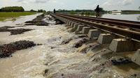 Luapan sungai Cisanggarung di Timur Cirebon membuat 200 meter jalur selata kereta api tidak bisa dilewati. (Humas Daops 3 / Panji Prayitno)