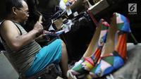 Perajin memproduksi sepatu di sebuah rumah industri di Jakarta, Selasa (6/3). Otoritas Jasa Keuangan (OJK) bekerja sama dengan Menko Perekonomian untuk meningkatkan volume dan kualitas kredit usaha kecil dan menengah (UKM). (Liputan6.com/Angga Yuniar)