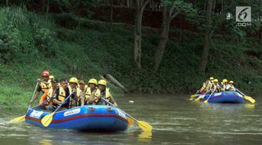 Walikota Jakarta Selatan Marullah Matali (tengah perahu depan) saat menyusuri Sungai Ciliwung di Jalan Arus Srengsegawah, Jakarta Selatan (26/11). Kegiatan ini diawali dengan pelepasan bibit ikan. (Merdeka.com/Arie Basuki)