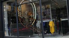 Tampilan toko baru yang didedikasikan untuk menjual merchandise resmi band rock Queen sebelum dibuka di London, Senin (27/9/2021). Band legendaris Queen membuka toko pop-up di Carnaby Street yang bersejarah pada minggu ini untuk menandai lima dekade mereka di kancah musik. (AP Photo/Alastair Grant)