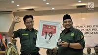Ketua Umum Partai Bulan Bintang (PBB) Yusril Ihza Mahendra (kiri) menunjukkan bingkai nomor urut 19 di Kantor KPU, Jakarta, Selasa (6/3). (Merdeka.com/Iqbal Nugroho)