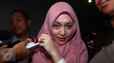 Terpidana kasus korupsi, Angelina Sondakh usai menjadi saksi di Pengadilan Tipikor, Jakarta, Rabu (6/1). Angelina Sondakh menjadi saksi atas kasus dugaan suap yang dilakukan M. Nazaruddin. . (Liputan6.com/Helmi Afandi)