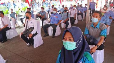 Pelaku transportasi saat menunggu vaksinasi COVID-19 Ndi Terminal Kampung Rambutan, Jakarta, Kamis (10/6/2021). Vaksinasi massal ini untuk 1.000 orang yang terdiri dari para supir bus, kernet, pedagang usaha kecil dan mikro di Terminal Kampung Rambutan. (Liputan6.com/Herman Zakharia)