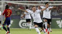 Pemain Jerman U21, Max Meyer merayakan kemenangan timnya usai mengalahkan Spanyol pada final Piala Eropa U-21 di Krakow, Polandia,(30/6/2017). Jerman U-21 menang atas Spanyol U-21 dengan skor 1-0. (AP/Czarek Sokolowski)