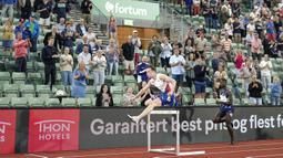Pelari Norwegia Karsten Warholm (kiri) saat ajang Diamond League di Oslo, Norwegia, Kamis (1/7/2021). Karsten Warholm memecahkan rekor dunia lari gawang 400 meter putra dengan torehan waktu 46,70 detik. (Fredrik Hagen, NTB via AP)