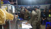 Satpol PP Kota Malang merazia pedagang kaki lima di Kota Malang karena melanggar aturan operasional selama masa PPKM Darurat (Humas Pemkot Malang)
