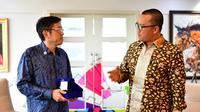 Ketua asosiasi e-Sports Indonesia (IeSPA), Eddy Lim (kiri) bertemu Menpora, Imam Nahrawi, di Kantor Kemenpora, Jakarta, Selasa (4/12/2018). (Humas Kemenpora)