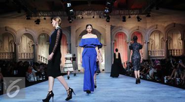 Desainer Sebastian Gunawan mengeluarkan koleksi ready to wear deluxe terbaru untuk musim ini yang bertajuk Aristokrat di ballroom Ritz Carlton Pasific Place, Jakarta, Selasa (11/10). (Liputan6.com/Angga Yuniar)