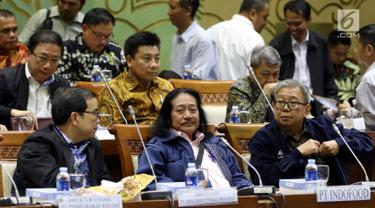 Dirut PT. Indofood Franciscus Welirang (tengah) dan beberapa pengusaha lainnya saat mengikuti RDP antara Panja Limbah dan Lingkungan Komisioner VII dengan Dirjen Minerba di Kompleks Parlemen MPR/DPR-DPD, Jakarta, Rabu (6/3). (Liputan6.com/Johan Tallo)