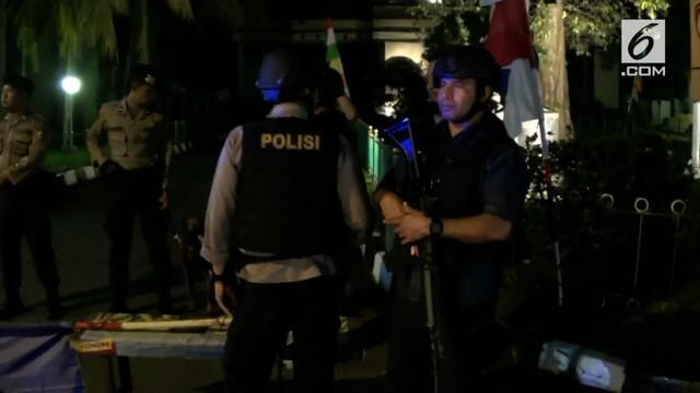 Polisi menutup akses Jalan Komjen M Jasin yang menuju Mako Brimob, Kelapa Dua, Depok. Penutupan ini menyusul kericuhan yang terjadi di rutan tempat penahanan pelaku teror.