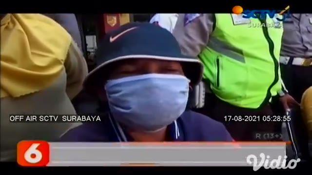 Terdapat 20 remaja terjaring razia balap liar di kawasan Margomulyo, Surabaya. Mereka terjaring operasi saat polisi sedang patroli PPKM. Para remaja ini ditahan di Kantor Polisi Asemrowo Surabaya, mereka dihukum push up dan menyanyikan lagu Indonesia...