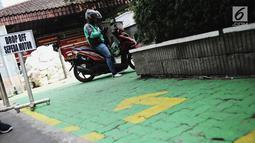 Pengemudi ojek online menunggu penumpang di tempat drop off yang disediakan di Balai Kota DKI Jakarta, Selasa (31/7). Pemprov DKI menginstruksikan adanya tempat pemberhentian khusus bagi ojek online di kantor-kantor Pemprov DKI. (Liputan.com/FaizalFanani)
