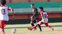 Madura United menjalani laga uji coba dengan Putra Jombang di Stadion Gelora Ratu Pamelingan, Pamekasan, Jumat sore (11/6/2021). (Bola.com/Aditya Wany)