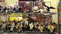 Pengunjung melihat produk-produk UMKM dalam Pameran Karya Kreatif Indonesia (KKI) di Jakarta Convention Center, Jumat (20/7). Untuk ketiga kalinya, Bank Indonesia (BI) menyelenggarakan Pameran Kerajinan UMKM Binaan BI. (Liputan6.com/Angga Yuniar)