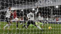 Striker Manchester United, Edinson Cavani mencetak gol penyama kedudukan ke gawang Fulham pada laga tunda Premier League 2020/2021, Kamis (21/01/2021) dini hari WIB. (ADRIAN DENNIS / POOL / AFP)