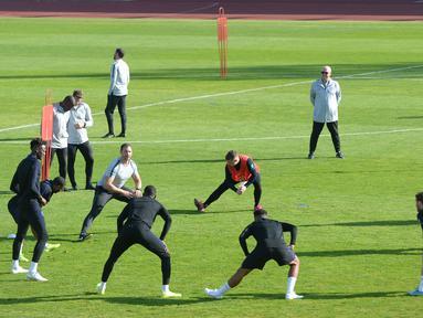 Para pemain Inggris saat mengikuti sesi latihan jelang menghadapi Bulgaria dalam lanjutan penyisihan Grup A kualifikasi Euro 2020 di Praha, Republik Ceko, Minggu (13/10/2019). Three Lions berpeluang memastikan tiket ke Euro 2020 saat menghadapi Bulgaria. (Michal CIZEK/AFP)