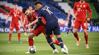 Penyerang PSG, Neymar berebut bola dengan bek Bayern Munchen, Lucas Hernandez pada pertandingan leg kedua perempat final Liga Champions di Parc des Princes stadium, Paris, Selasa (14/4/2021). PSG sukses melaju ke semifinal berkat kemenangan 3-2 di kandang Munchen. (AFP/Franck Fife)