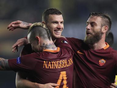 Para pemain AS Roma merayakan gol Edin Dzeko (kiri) saat melawan Villareal pada laga 32 besar Liga Eropa di Ceramica stadium, Villarreal, (16/2/2017). Roma menang 4-0. (AP/Alberto Saiz)