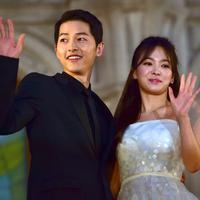 Song Jong Ki dan Song Hye Kyo bertemu pertama kali di drama yang mereka bintangi yang berjudul Descendants of the Sun. Song-song Couple ini kabarnya akan segera melanjutkan hubungannya ke pernikahan. (AFP/JUNG YEON-JE)