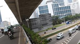 Suasana arus lalu lintas di Jalan Jenderal Sudirman, Jakarta, Kamis (5/11/2020). Badan Pusat Statistik (BPS) mencatat ekonomi Indonesia pada kuartal III-2020 minus 3,49 persen, Indonesia dipastikan resesi karena pertumbuhan ekonomi dua kali mengalami minus. (Liputan6.com/Helmi Fithriansyah)