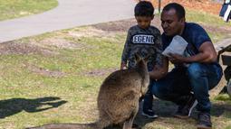Sejumlah orang mengunjungi Taman Margasatwa Symbio di tengah pandemi COVID-19, Sydney, Australia, 5 September 2020. Beberapa kebun binatang dan taman margasatwa di Sydney sudah kembali dibuka untuk umum. (Xinhua/Zhu Hongye)