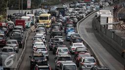 Kemacetan panjang terjadi di di jalur 3 in 1 di Jalan Jenderal Sudirman, Jakarta, Selasa (10/5). Pemprov DKI Jakarta secara resmi akan menghapus aturan jalur 3 in 1 pada Senin (16/5). (Liputan6.com/Faizal Fanani)